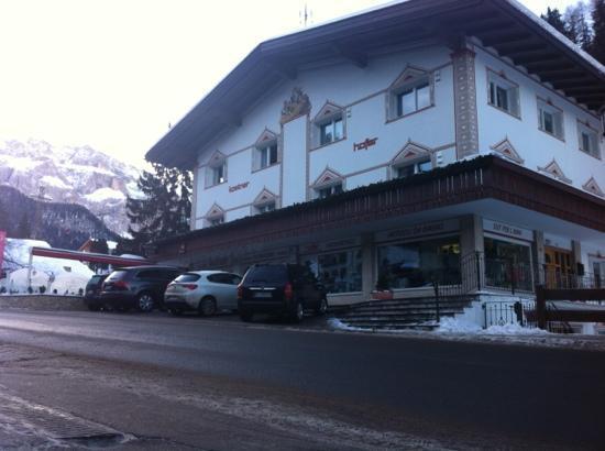 Hotel Antares: кафе моцарт напротив отеля