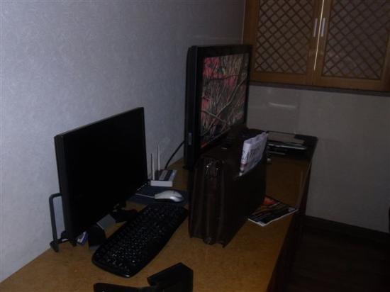 Hotel Queen Incheon Airport: TV und Computer im Zimmer