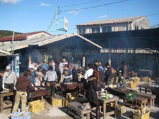 Toba, Japão: 焼き牡蠣の様子