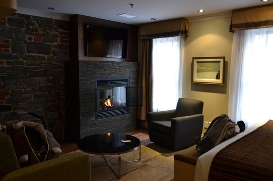 Hotel du Vieux-Quebec: Superior King with fireplace room