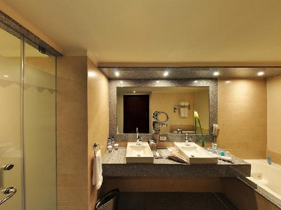 Hilton Colon Quito: Bathroom