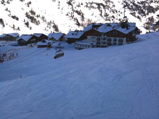 Hotel Schneider : Blick aufs Hotel von der Skipiste aus