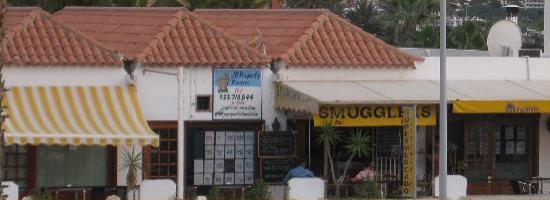 The shops/restaurants by Altamira