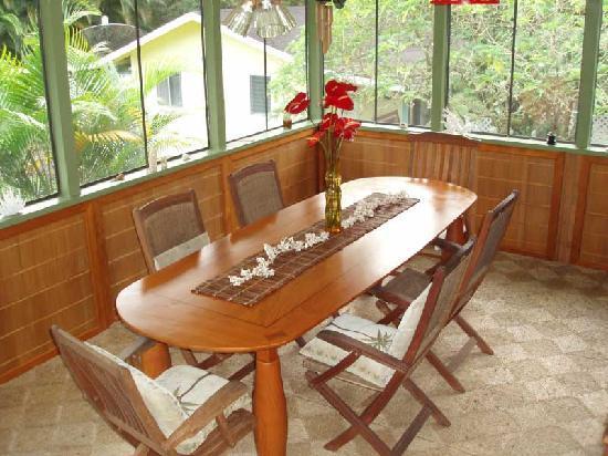 Coconut Cottage Bed & Breakfast: Breakfast Lanai