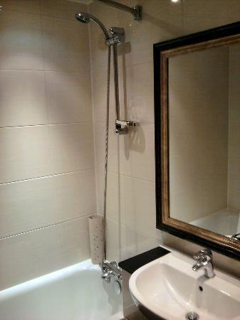 هول مارك هوتل كرويدون آيرودروم: Bathroom