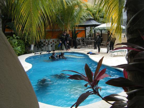 Maya Bric Hotel: cours de plongé à la piscine!