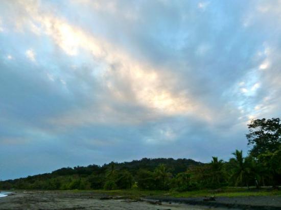 Puerto Viejo Beach: Black Beach Morning Sky