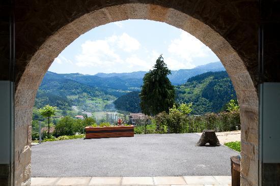 Ellauri Hotela: Paisaje natural desde el arco de la puerta