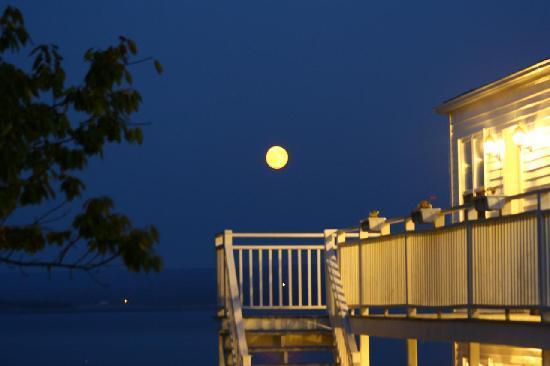 Come From Away B&B Inn: Full moon over the basin