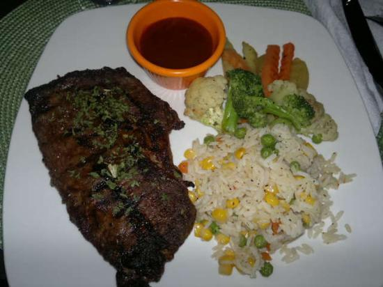 Queens Beach Resort: steak dinner