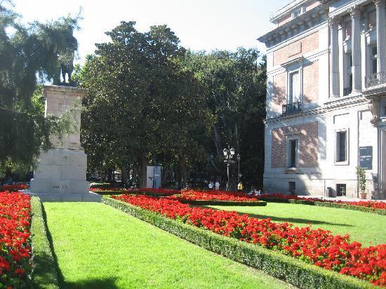 prado national museum bonitos jardines en un lado del museo - Jardines Bonitos
