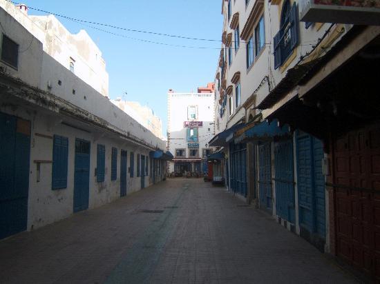 Hotel Souiri: La calle del hotel. Son todas tiendecitas per cierran pronto. No hay ruidos molestos por la noch
