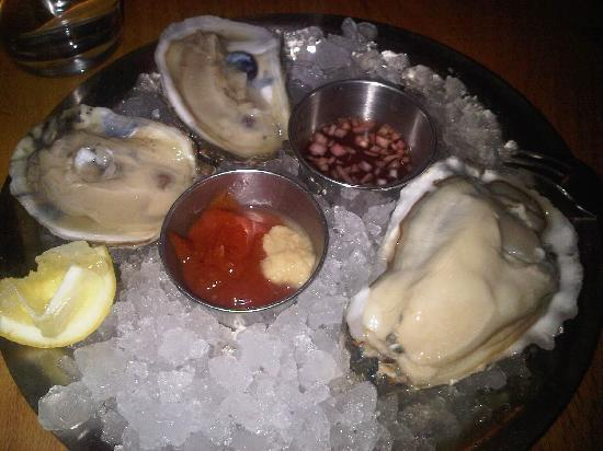 Hank's Oyster Bar: oysters at Hank's