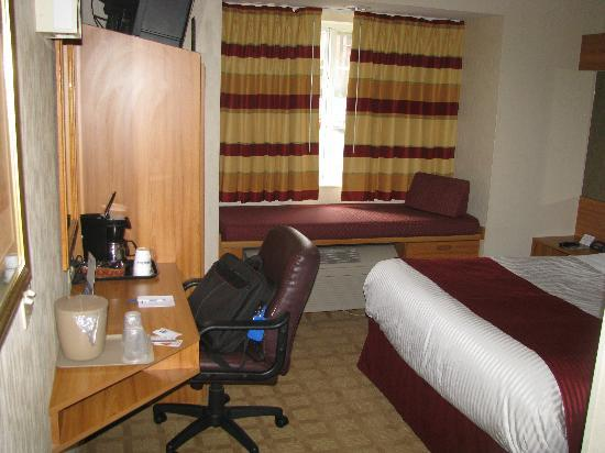 Microtel Inn & Suites by Wyndham Ann Arbor: Desk and Chair roud out the room