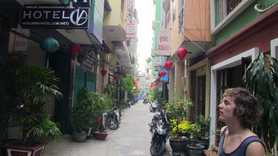 Ngoc Minh Hotel: Sweet little alley entrance just away from the chaos
