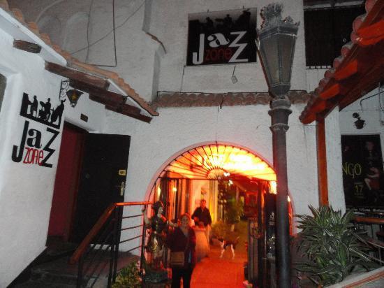 El Condado Miraflores Hotel & Suites: Uma das casas de show proximas ao hotel.