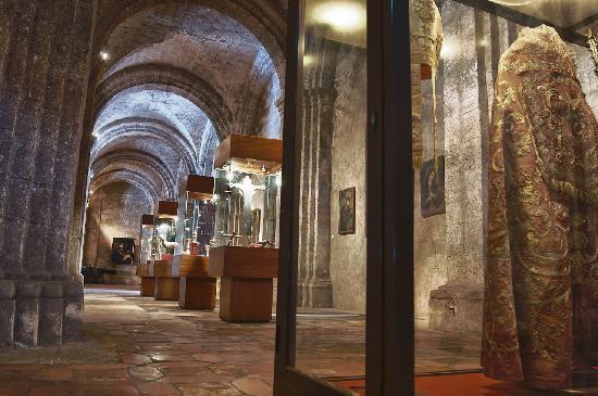 Church and Convent of St. Francis of Asisi: ESTAS VITRINAS SE ENCUENTRAN ENTRANDO AL LADO DERECHO