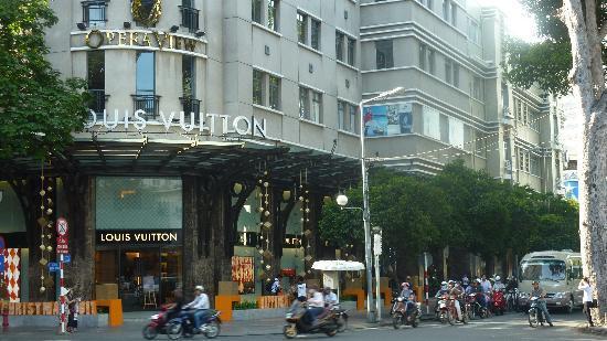 Caravelle Saigon: nice shops next door