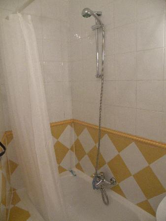 Hostal Adriano: Room 5 shower