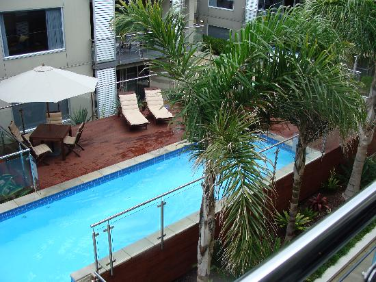 Edgewater Palms Apartments: View of the pool area