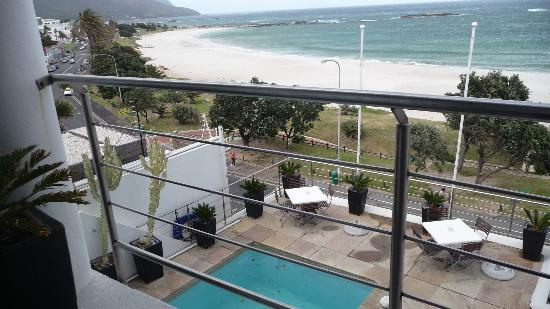 Primi Seacastle Guest House: vue sur la terrase et piscine