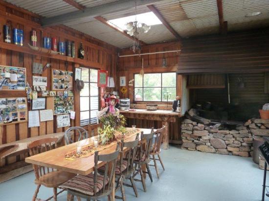 Heimat Chalets: BBQ Hut inside