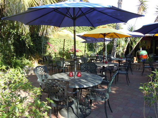 Mojitos Rum Bar & Grill: Dine and enjoy live local jazz in the courtyard