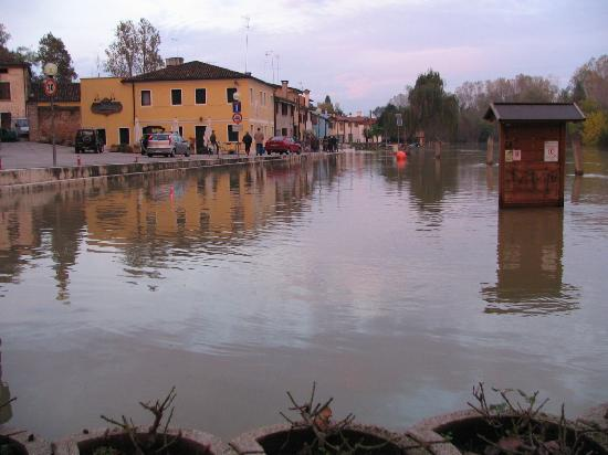 Casale sul Sile, Italia: Il San Nicolò con il Sile tracimato