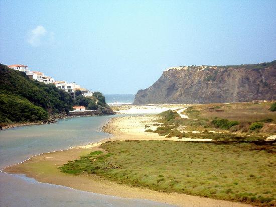 Odeceixe Beach: Como se ve la playa tiene una zona fluvial.