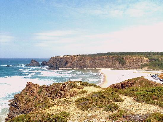 Odeceixe Beach: En esta playa, como en todas las de la zona, el mar bate con fuerza.