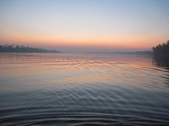 Vedic Village Resorts: Fantastic Sunset from speedboat!
