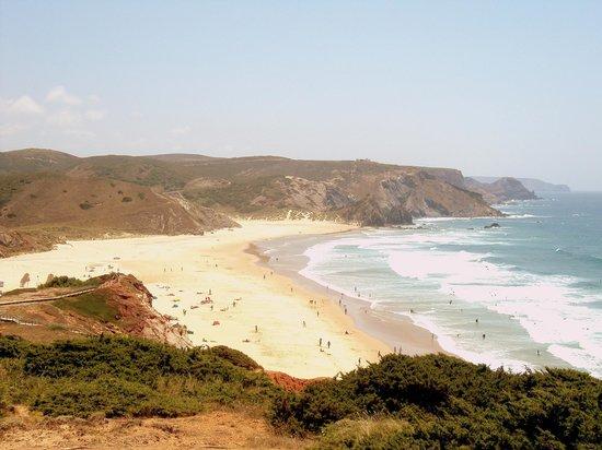 Carrapateira, โปรตุเกส: La playa cuenta con varias escuelas de surf.