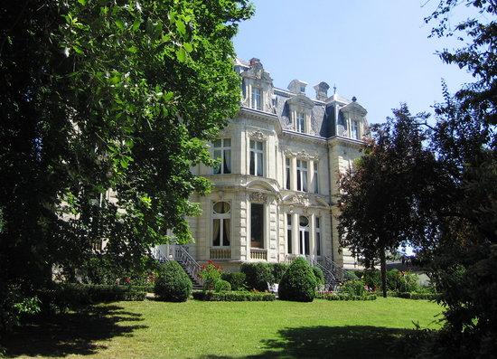 Chateau De Verrieres: Façade côté parc