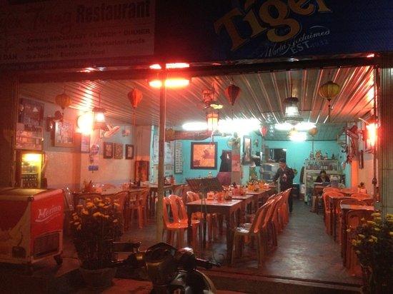 Khuyen Trang Cafe: restaurant facade.
