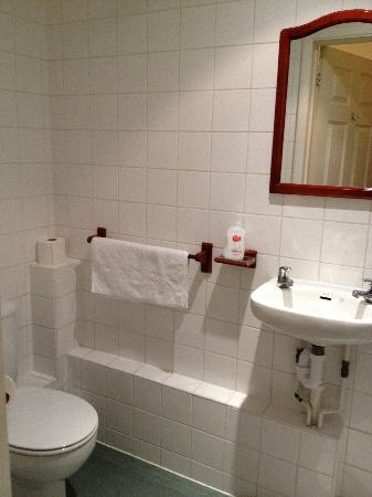 Gatwick Belmont Hotel & Restaurant: Spotless Bathroom