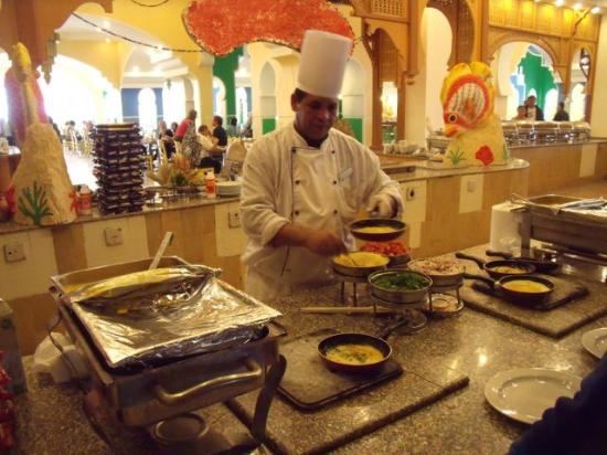 Domina Coral Bay Aquamarine Hotel: The omelette chef in the Coral restaurant