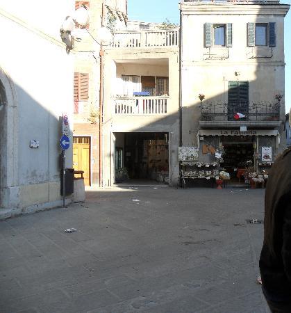 Hotel Miralago: La Piazza antistante l'hotel, a sinistra
