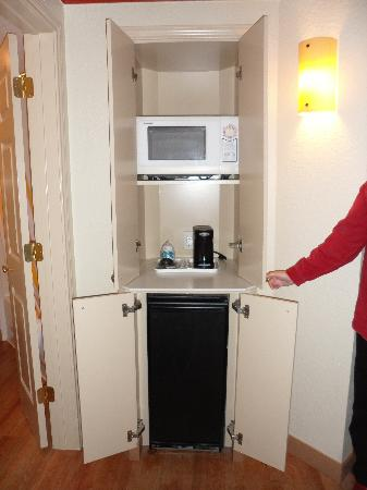 La Quinta Inn & Suites Atlanta Ballpark at Cobb Galleria: cupboard with frige and microwave