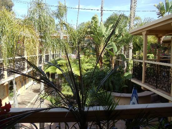 Holiday Inn Laguna Beach: hotel courtyard