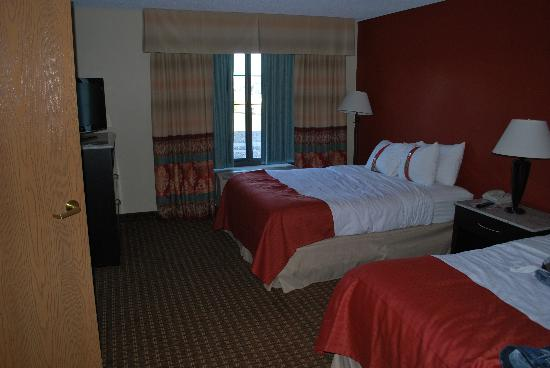 Holiday Inn Hotel & Suites Owatonna: Room with two queens. Shot from bathroom door.