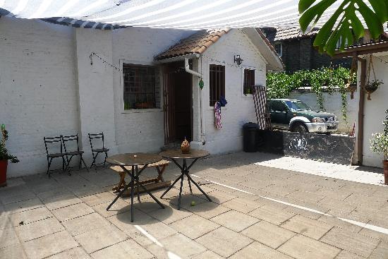 Castillo Surfista Hostel: Patio Area