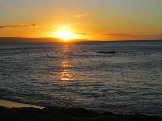 Napili Beach : Sunset over the island of Lanai from Napili Bay