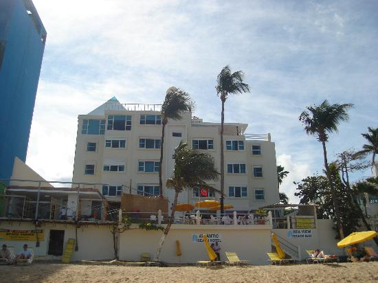 Atlantic Beach Hotel : the hotel as seen from the beach