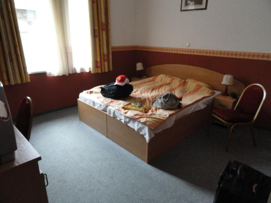 Queen Mary Hotel: room