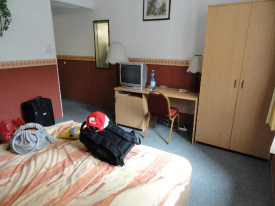 Queen Mary Hotel: room2