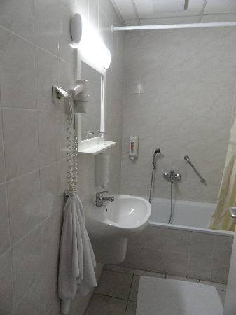 Queen Mary Hotel: bathroom
