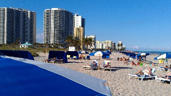 Palm Beach Shores, Floride : On the beach, looking North. You can see how the beach looks and see the city park (light blue &