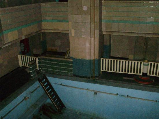 Haunted swimming pool below deck picture of the queen - Queen mary swimming pool victoria ...