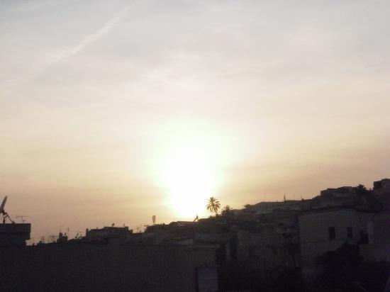 Bab Al Madina: Le soleil se couche ....Vue du toit terrasse