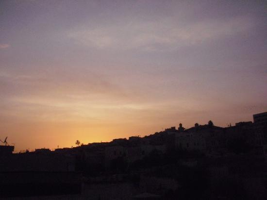 Bab Al Madina: Au loin un homme médite ....